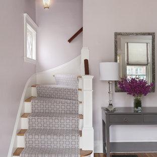 Bild på en vintage entré, med lila väggar