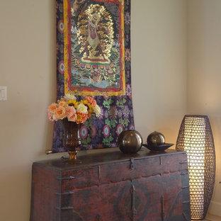 Ejemplo de distribuidor tradicional, grande, con paredes grises, suelo de madera en tonos medios, puerta doble, puerta amarilla y suelo beige