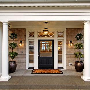 Idée de décoration pour une porte d'entrée victorienne avec une porte simple et une porte noire.