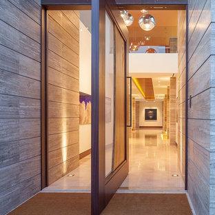 Inspiration för en mycket stor funkis ingång och ytterdörr, med beige väggar, granitgolv, en pivotdörr och mellanmörk trädörr