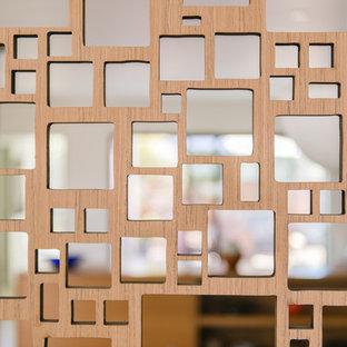 Inspiration för mellanstora 50 tals entréer, med flerfärgade väggar, ljust trägolv och en enkeldörr