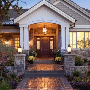 Inspiration pour une porte d'entrée traditionnelle avec une porte simple et une porte en bois brun.