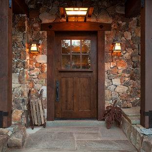 Cette photo montre une porte d'entrée montagne avec une porte simple et une porte en bois foncé.