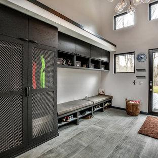 Inspiration pour une grande entrée design avec un vestiaire, un mur blanc, un sol en carrelage de porcelaine, une porte simple, une porte en verre et un sol gris.