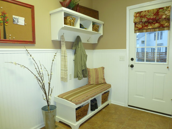 Traditional Entry by Ultimate Staging & Decor, LLC