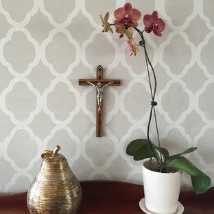 Foto på en liten vintage hall, med grå väggar, ljust trägolv, en dubbeldörr och ljus trädörr