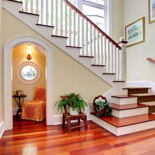 Inspiration för en vintage foajé, med beige väggar och rött golv