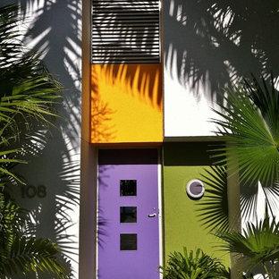 На фото: прихожие в современном стиле с фиолетовой входной дверью