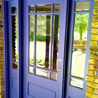 シカゴの中サイズの片開きドアトランジショナルスタイルのおしゃれな玄関ドア (紫のドア) の写真