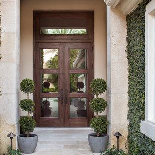 マイアミの大きい両開きドアコンテンポラリースタイルのおしゃれな玄関ドア (ベージュの壁、トラバーチンの床、木目調のドア) の写真