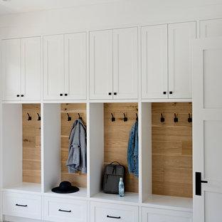 Idées déco pour une entrée classique en bois avec un vestiaire, un mur blanc et un sol multicolore.
