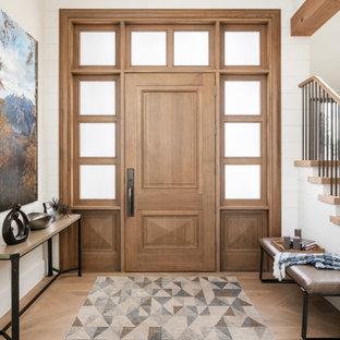 Idéer för en mycket stor lantlig ingång och ytterdörr, med vita väggar, ljust trägolv, en enkeldörr, mellanmörk trädörr och beiget golv
