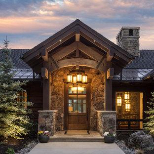 Новый формат декора квартиры: входная дверь в стиле рустика с красными стенами, бетонным полом, одностворчатой входной дверью, входной дверью из дерева среднего тона и серым полом