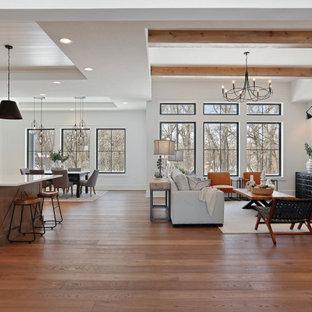 Неиссякаемый источник вдохновения для домашнего уюта: огромное фойе в стиле кантри с серыми стенами, паркетным полом среднего тона, двустворчатой входной дверью и стеклянной входной дверью