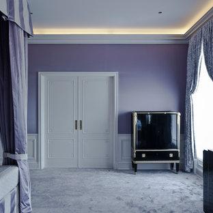 Foto de vestíbulo de tamaño medio con paredes púrpuras, moqueta, puerta doble, puerta blanca y suelo violeta