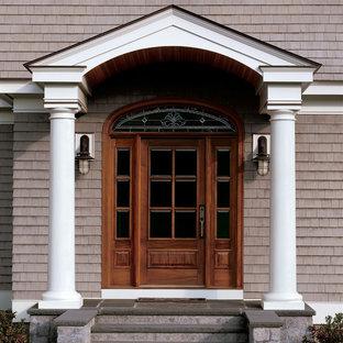 Esempio di un ingresso o corridoio industriale di medie dimensioni con pareti gialle, pavimento in legno massello medio e una porta singola