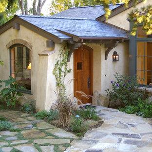 Modelo de entrada clásica con puerta simple y puerta de madera en tonos medios