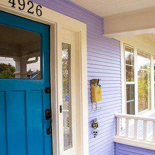 На фото: входная дверь среднего размера в стиле фьюжн с фиолетовыми стенами, одностворчатой входной дверью и синей входной дверью с