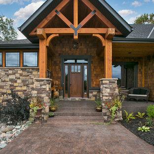 Réalisation d'une porte d'entrée chalet avec une porte simple et une porte en bois foncé.