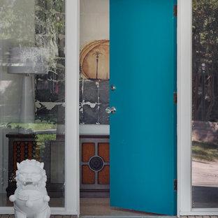 Пример оригинального дизайна: входная дверь среднего размера в стиле ретро с белыми стенами, полом из терраццо, одностворчатой входной дверью, синей входной дверью и бежевым полом