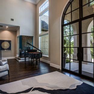 Foto di un ampio ingresso chic con pareti grigie, pavimento in legno massello medio, una porta a due ante, una porta nera, pavimento marrone e soffitto ribassato