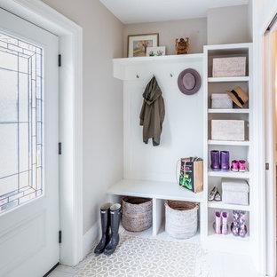 Ejemplo de vestíbulo posterior tradicional renovado, de tamaño medio, con paredes grises, suelo de baldosas de porcelana, puerta simple, puerta de vidrio y suelo beige