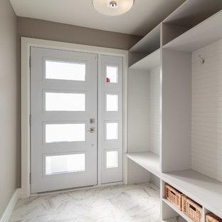 Immagine di un ingresso con anticamera chic di medie dimensioni con pareti beige, pavimento con piastrelle in ceramica, una porta singola, una porta bianca e pavimento bianco