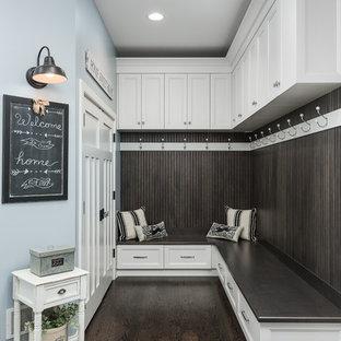 シカゴのトラディショナルスタイルのおしゃれなマッドルーム (青い壁、濃色無垢フローリング、茶色い床) の写真