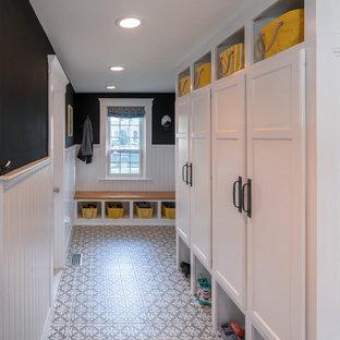 Réalisation d'une entrée champêtre de taille moyenne avec un vestiaire, un sol en carrelage de porcelaine et une porte simple.