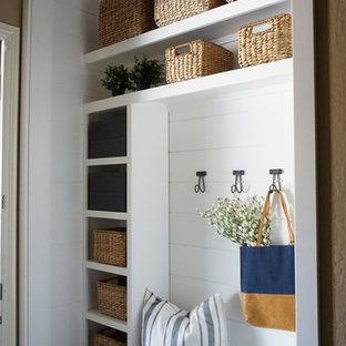 Inspiration för små lantliga kapprum, med vita väggar, klinkergolv i keramik och beiget golv