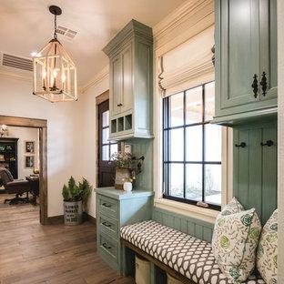 Источник вдохновения для домашнего уюта: тамбур в стиле кантри с бежевыми стенами, паркетным полом среднего тона, голландской входной дверью и входной дверью из темного дерева