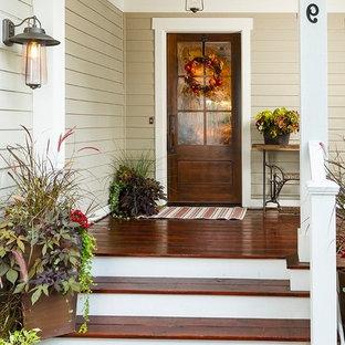 Diseño de puerta principal campestre con puerta simple y puerta de madera oscura