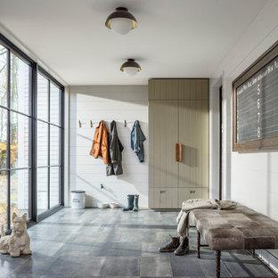 Idée de décoration pour une grand entrée champêtre avec un vestiaire, un mur blanc, un sol en carrelage de porcelaine et un sol gris.