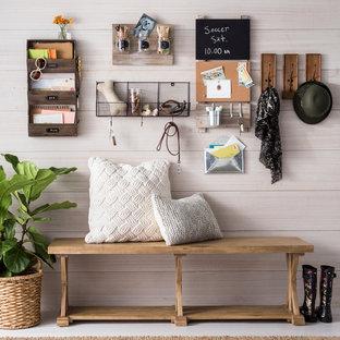 Неиссякаемый источник вдохновения для домашнего уюта: маленький тамбур в стиле кантри с серыми стенами, деревянным полом и серым полом