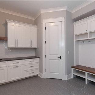 Стильный дизайн: большое фойе в стиле кантри с серыми стенами, полом из керамической плитки, серым полом, сводчатым потолком и панелями на части стены - последний тренд