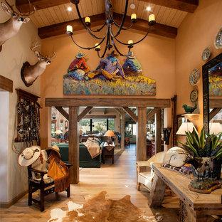 На фото: фойе среднего размера в стиле фьюжн с оранжевыми стенами и светлым паркетным полом с