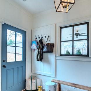 Country Eingang mit Stauraum, weißer Wandfarbe, braunem Holzboden, Einzeltür, blauer Tür und braunem Boden in Atlanta