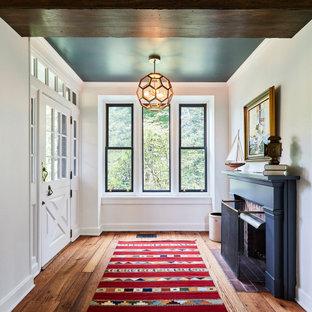 Источник вдохновения для домашнего уюта: узкая прихожая в стиле кантри с паркетным полом среднего тона, белой входной дверью, белыми стенами, голландской входной дверью, коричневым полом и балками на потолке
