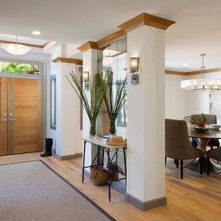 Inspiration för en mellanstor vintage hall, med en dubbeldörr och ljus trädörr