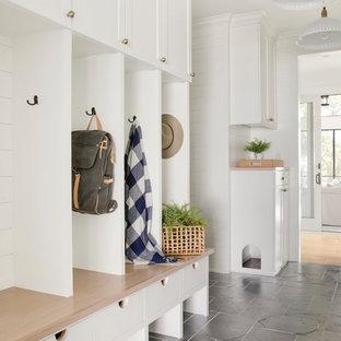 Идея дизайна: тамбур в стиле кантри с белыми стенами и черным полом