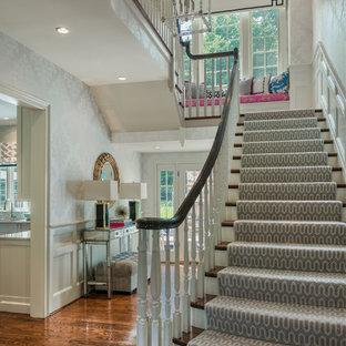 Ispirazione per un ingresso tradizionale di medie dimensioni con pareti con effetto metallico, pavimento in legno massello medio e pavimento marrone