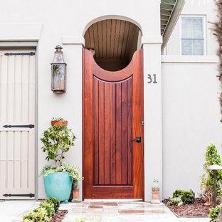 Maritimer Eingang mit Einzeltür und hellbrauner Holztür in Charleston