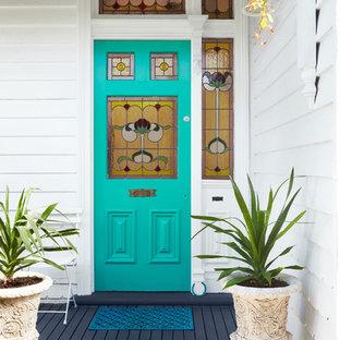 Immagine di un ingresso o corridoio vittoriano con una porta blu e pavimento blu