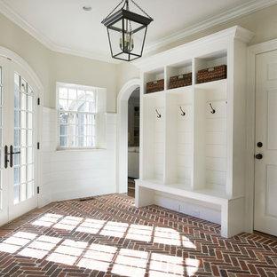 Esempio di un ingresso con anticamera chic con pareti beige, pavimento in mattoni, una porta singola e una porta bianca