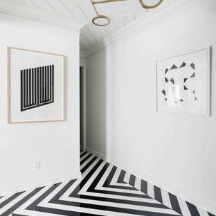 Inspiration för mellanstora klassiska foajéer, med vita väggar, marmorgolv och svart golv