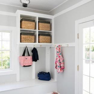 Свежая идея для дизайна: маленький тамбур в классическом стиле с серыми стенами, полом из сланца и черным полом - отличное фото интерьера