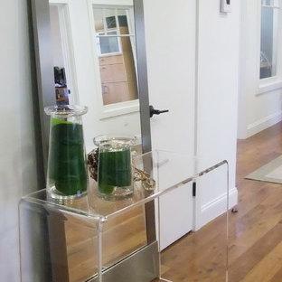 Kleiner Moderner Eingang mit Foyer, weißer Wandfarbe und braunem Holzboden in Los Angeles