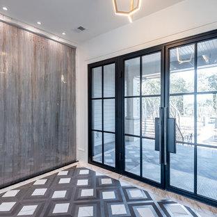 Bild på en stor funkis ingång och ytterdörr, med flerfärgade väggar, marmorgolv, en dubbeldörr, en svart dörr och flerfärgat golv