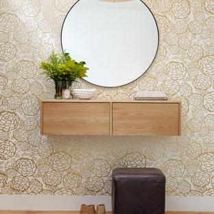 Inspiration för mellanstora moderna foajéer, med ljust trägolv, beiget golv och metallisk väggfärg