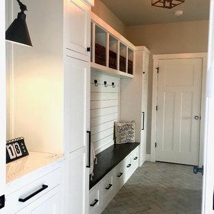 Ejemplo de vestíbulo posterior de estilo de casa de campo, de tamaño medio, con paredes grises, suelo de baldosas de cerámica, puerta simple, puerta blanca y suelo gris